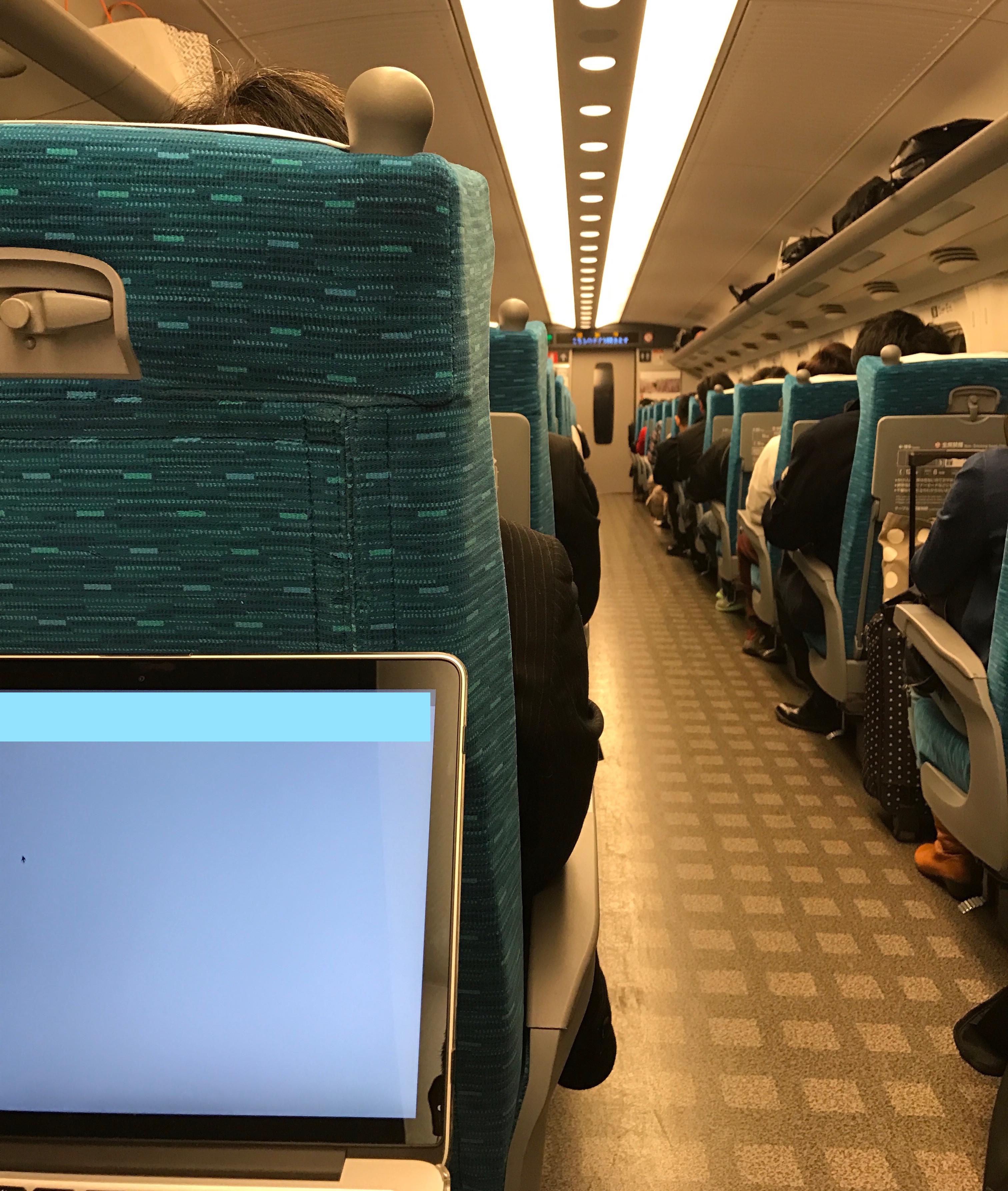 新幹線の中でパソコン仕事