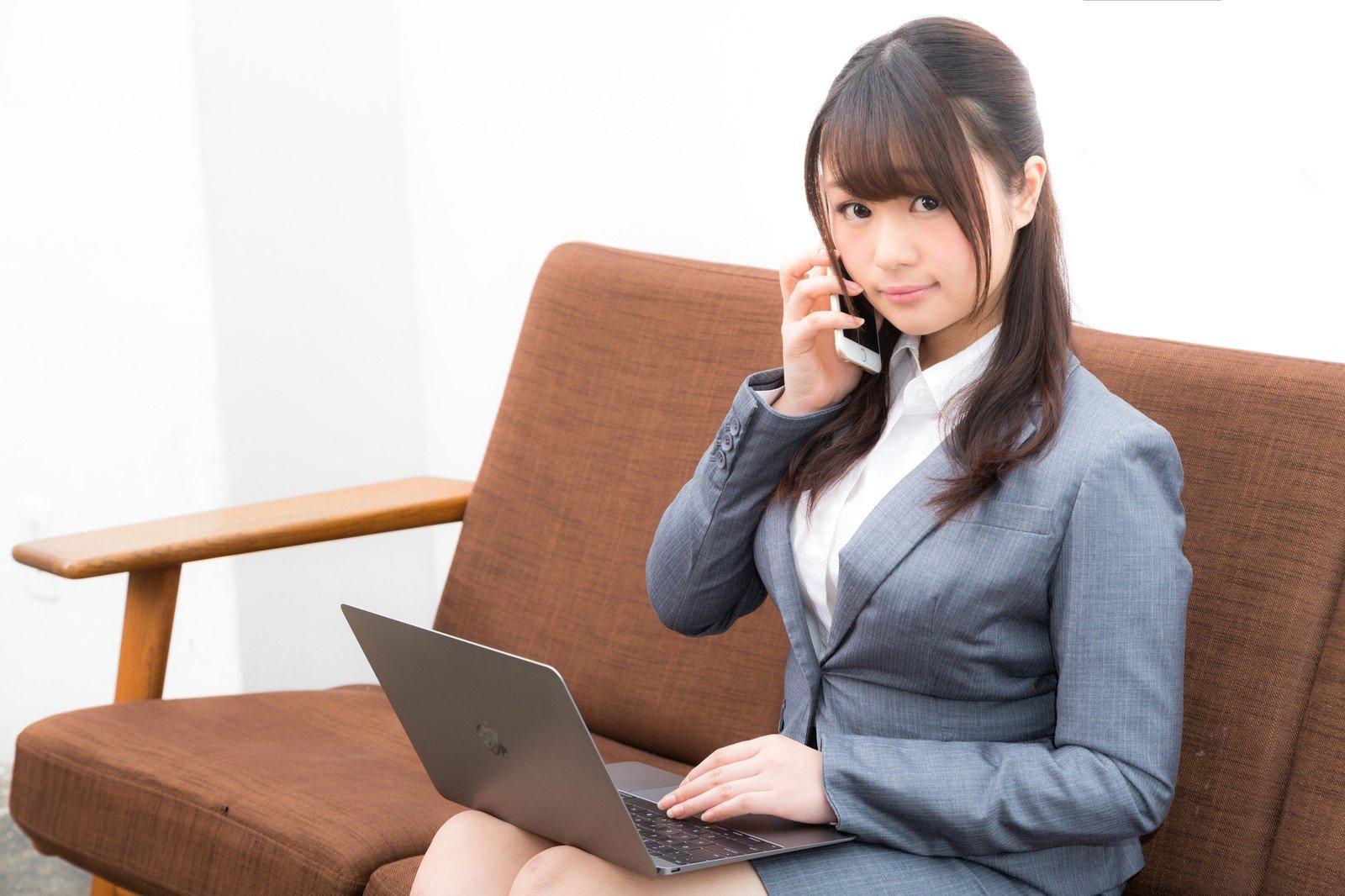 ビジネスでパソコンを使う女性