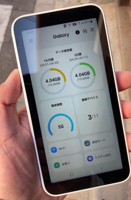 Galaxy 5G Mobile Wi-Fiを持っているイメージ